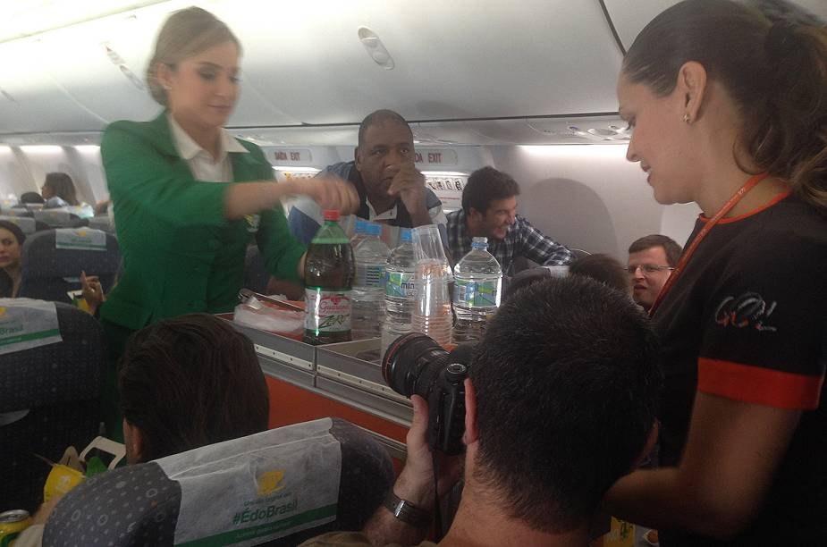 Claudia Leitte serve os passageiros a bordo do voo