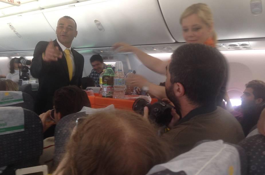 """Apesar de ser o """"capitão"""" do voo, Cafu também serviu os passageiros com bom humor"""