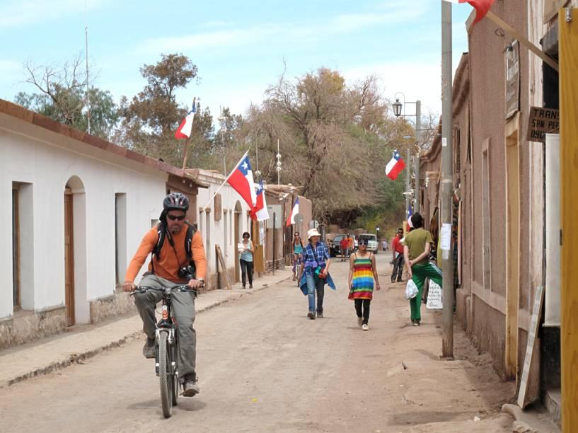 Base para os turistas que querem explorar o deserto do Atacama, a pequena vila tem opções de hospedagem para todos os bolsos. Nas ruas de terra batida, a maioria dos pedestres são ecoturistas e aventureiros de diversos países, vestidos com informalidade.