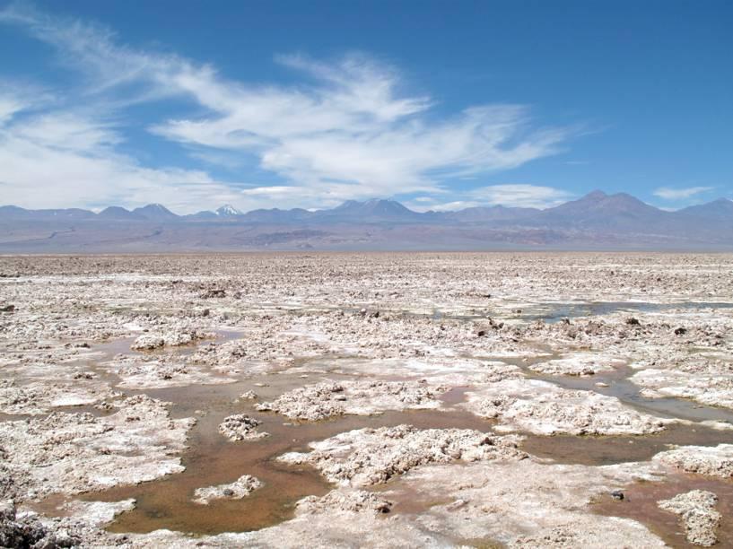 """No <a href=""""http://viajeaqui.abril.com.br/estabelecimentos/chile-san-pedro-de-atacama-atracao-salar-do-atacama"""">Salar do Atacama</a>, impressionam as grandes áreas cobertas de crostas de sal na superfície, formadas pela constante acumulação de cristais produzidos pela evaporação de águas subterrâneas com alta carga de sais"""