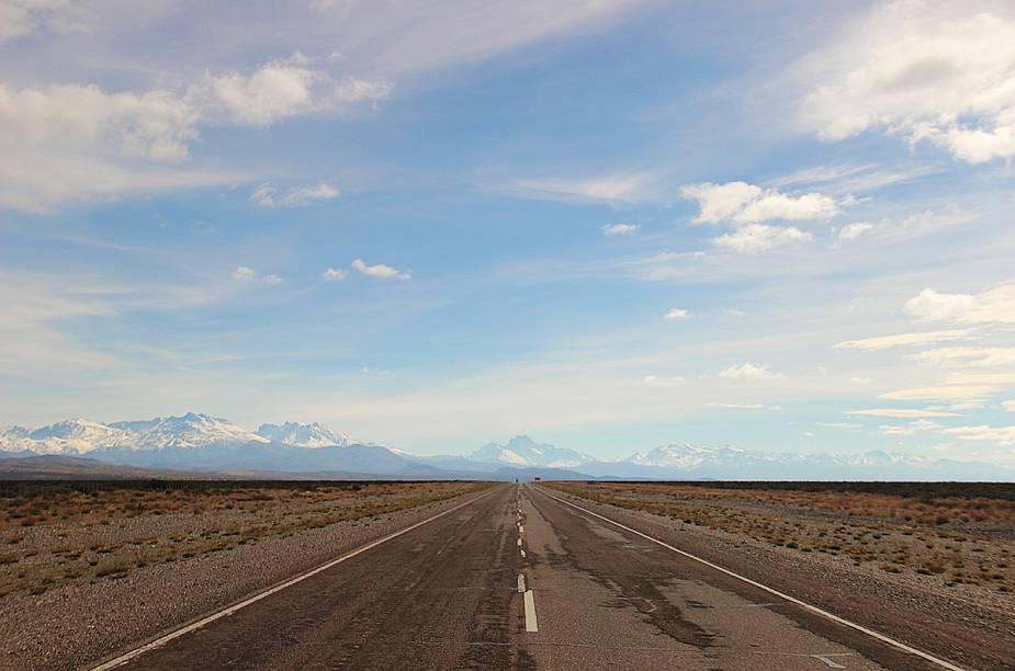 """<strong><a href=""""http://viajeaqui.abril.com.br/cidades/ar-patagonia"""" rel=""""Patagônia"""" target=""""_blank"""">Patagônia</a> - <a href=""""http://viajeaqui.abril.com.br/paises/argentina"""" rel=""""Argentina"""" target=""""_blank"""">Argentina</a></strong>                                """"Vimos vastos campos poucos explorados de um lado da janela e a imponente Cordilheira do Andes com aquelas montanhas gigantes cobertas de neve do outro. Foram quilômetros e mais quilômetros de riquíssima e incomparável beleza. Um ecossistema pulsante, apesar de silencioso, vivendo em puro equilíbrio. Na estrada cruzamos com guanacos, águias, raposas, avestruzes, patos, condores, pumas, além das montanhas e vegetação nos supervisionando e autorizando-nos a seguir viagem""""."""