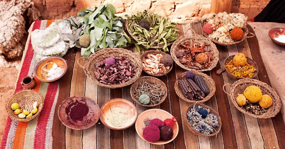 <strong>Corantes naturais</strong>Até hoje é grande a produção de tecidos na região de Cusco. Eles são feitos por mulheres, em teares que usam uma técnica pré-colombiana. Os fios são de lãs de ovelhas, alpacas, vicunhas e lhamas. Para tingi-los, elas usam corantes naturais extraídos do milho, de cascas de árvores, sementes, folhas e flores e até, pasme, sangue de carrapato!