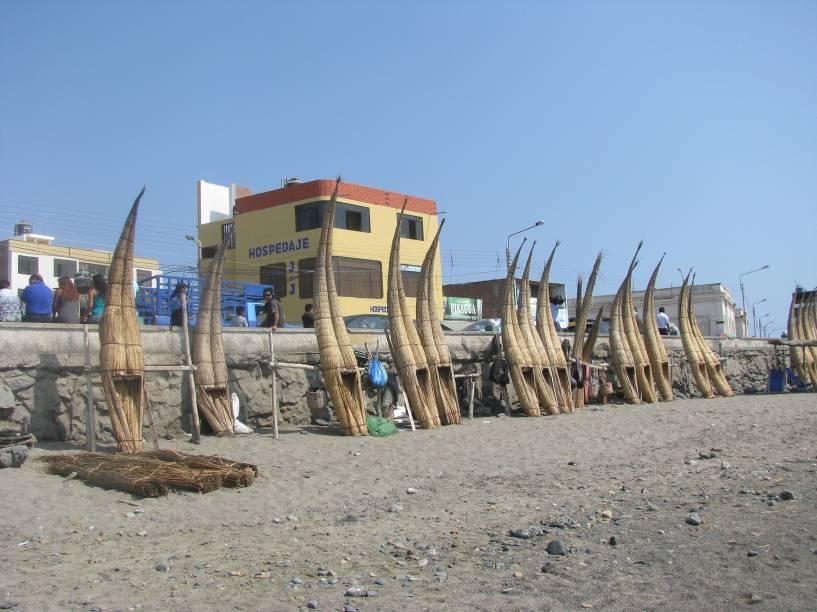 Huanchaco, em Trujillo, é um tradicional destino de férias no Peru. A região é ocupada com <em>caballitos de totora</em>, embarcações típicas do país