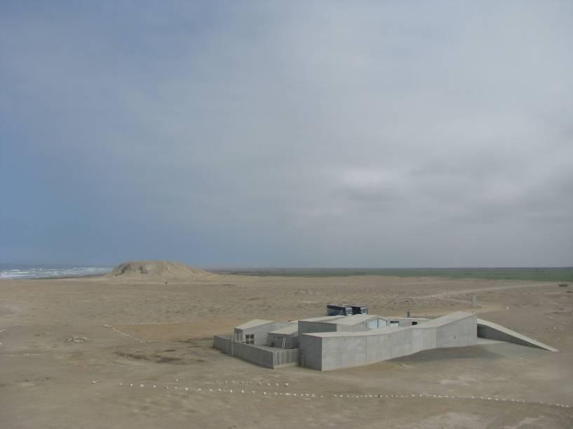 O Museu Cao fica ao lado do complexo arqueológico El Brujo, a 60 km de Trujillo: região desértica de frente para o mar (ao fundo, à esquerda)