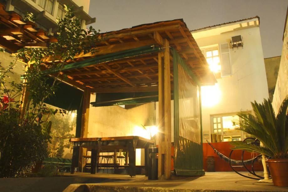 """<a href=""""http://viajeaqui.abril.com.br/estabelecimentos/br-sp-sao-paulo-hospedagem-vila-madalena-hostel"""" rel=""""Vila Madalena Hostel"""" target=""""_blank""""><strong>Vila Madalena Hostel</strong></a>    Diárias: a partir de R$ 45    Localizado a 2 quadras da Praça Benedito Calixto, o diferencial do albergue é a arte e o design – algumas áreas do hostel são decoradas com pinturas e grafites de hóspedes e também há um hall com fotos ampliadas das principais atrações do bairro junto com instalações de arte inspiradas no dia a dia dos mochileiros. Tudo isto convivendo em harmonia com os móveis rústicos. Também há uma área externa com mesa de sinuca onde o jazz rola solto. Wi-fi, armários individuais, cozinha e pão de queijo até o meio-dia são outros serviços e facilidades do local.    <strong>Onde: </strong>R. Francisco Leitão, 686 (V. Madalena); <strong>tel: </strong>(11) 3034-4104 (<a href=""""http://vilamadalenahostel.com.br"""" rel=""""vilamadalenahostel.com.br"""" target=""""_blank"""">vilamadalenahostel.com.br</a>)"""