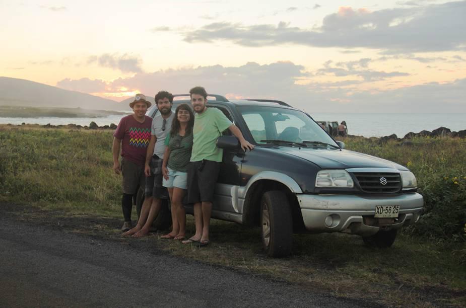 """<strong><a href=""""http://viajeaqui.abril.com.br/cidades/chile-ilha-de-pascoa"""" rel=""""Ilha de Páscoa """" target=""""_blank"""">Ilha de Páscoa </a>- <a href=""""http://viajeaqui.abril.com.br/paises/chile"""" rel=""""Chile"""" target=""""_blank"""">Chile</a></strong>        Novos amigos naturalmente fazem parte do roteiro. O jeito mais fácil de percorrer a Ilha de Páscoa é de carro. Para o esquema ficar mais barato, Tainá e Marcelo dividiram o aluguel do carro com um brasileiro e um chileno que conheceram no hostel. Hoje todos são grandes amigos"""