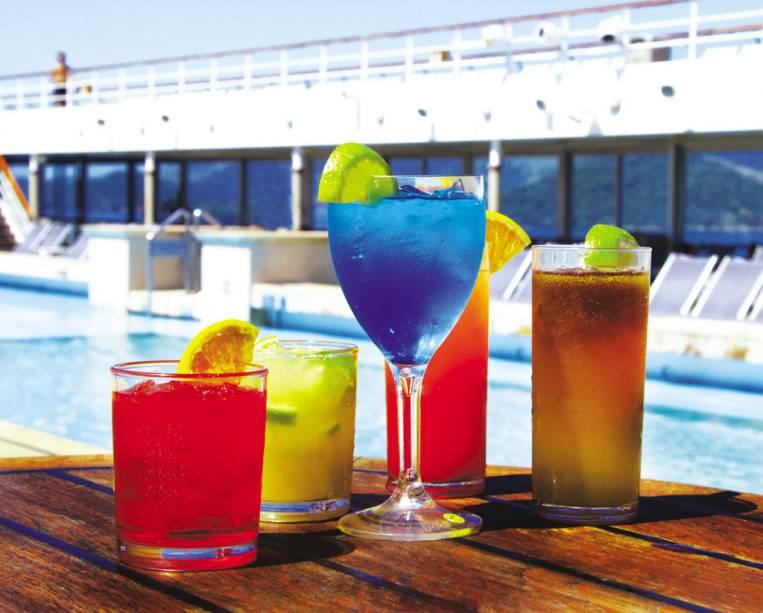 Drinks são servidos nos dois restaurantes e seis bares do navio