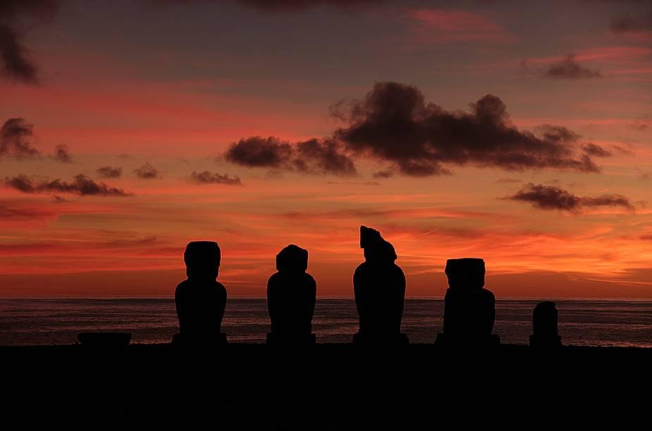 """<strong><a href=""""http://viajeaqui.abril.com.br/cidades/chile-ilha-de-pascoa"""" rel=""""Ilha de Páscoa"""" target=""""_blank"""">Ilha de Páscoa</a> - <a href=""""http://viajeaqui.abril.com.br/paises/chile"""" rel=""""Chile"""" target=""""_blank"""">Chile</a></strong>        E essa foi tirada no pôr do sol, no no Ahu Tahai. """"Estar nesse paraíso perdido no meio do oceano foi uma das coisas mais incríveis que já fizemos"""", eles contaram"""
