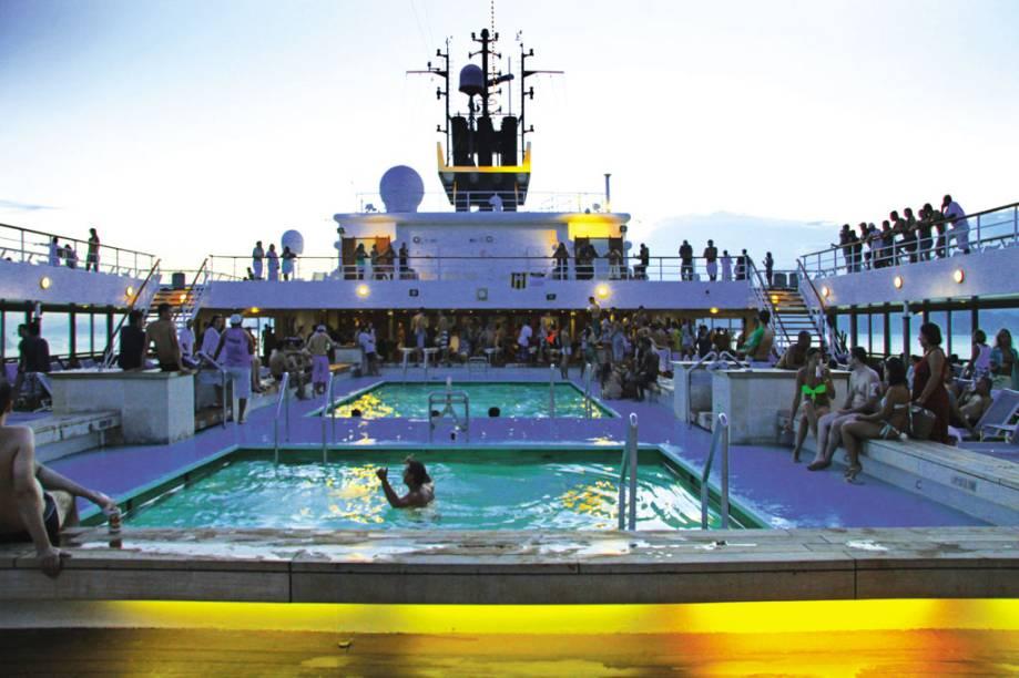 O convés do navio é repleto de piscinas