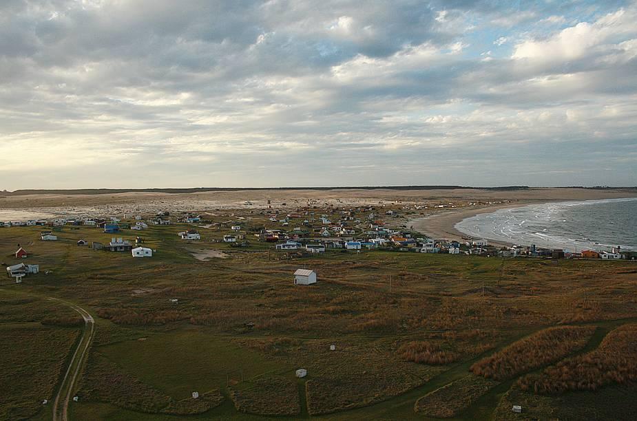 """<strong>Cabo Polônio - <a href=""""http://viajeaqui.abril.com.br/paises/uruguai"""" rel=""""Uruguai"""" target=""""_blank"""">Uruguai</a></strong>        """"Começamos com o pé direito"""", comentam. Não bastasse o charme natural da pequena vila de pescadores, a paisagem com praia, dunas, floresta, leões marinhos e até baleias deixou tudo mais especial."""