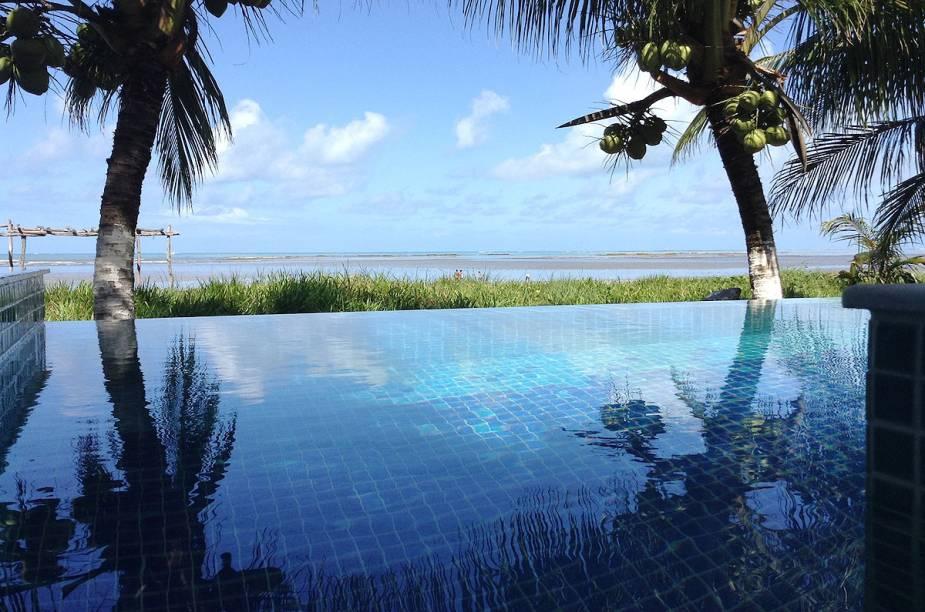 """Maragogi por si só já é um show para os turistas com seu belo litoral e suas piscinas naturais. Dentro da pousada, a piscina infinita fica de frente para o mar azul que caracteriza a região. A comida é outro ponto que se destaca por aqui <em><a href=""""http://www.booking.com/hotel/br/praiagogi.pt-br.html?aid=332455&label=viagemabril-as-piscinas-mais-incriveis-do-mundo"""" target=""""_blank"""">Veja os preços da Praiagogi Boutique Pousada no Booking.com</a></em>"""