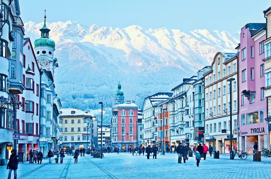 """<strong>5. <a href=""""http://viajeaqui.abril.com.br/materias/innsbruck-a-cidade-urbana-do-esqui"""" rel=""""Innsbruck, na Áustria"""" target=""""_blank"""">Innsbruck, na Áustria</a></strong>                A ruazona Maria-Theresien, na segunda maior cidade dos Alpes, concentra o melhor do comércio modernoso. Para quem sente saudade da vida urbana, aqui tem até trânsito movimentado!"""