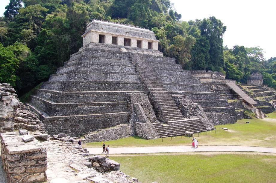 <strong>5. Templo das Inscrições – Palenque – México</strong>Localizado no sítio arqueológico de Palenque, no estado de Chiapas no sul do México, o Templo tem grande importância devido aos hieróglifos maias encontrados em seu interior, o maior texto maia conservado até hoje. Nas tábuas de hieróglifos podemos ver a história do rei K'inich Janaab' Pakal e seu filho K'inich Kan B'alam II contada em ricos detalhes. O monumento foi construído por Pakal e finalizado por seu filho quando seu pai morreu.A pirâmide tem 22,8 metros de altura e uma tumba secreta do rei Pakal localizada a 1,5 metro abaixo do solo, que tem acesso por uma escada que desce do alto da pirâmide que só foi descoberta em 1952 pelo arqueólogo mexicano Alberto Ruz Lhuillier