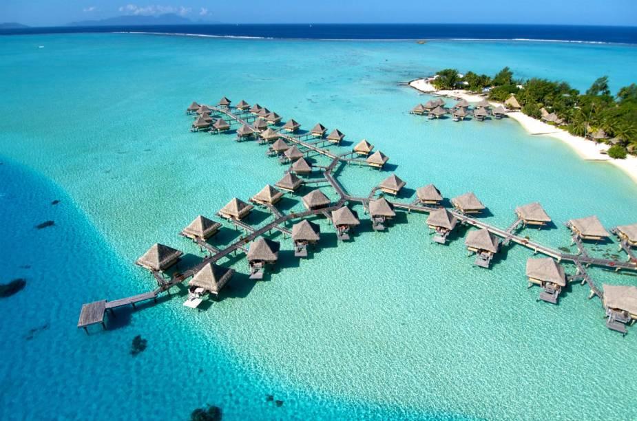 O resort possui 64 bangalôs, sendo que 50 deles estão sobre a água.