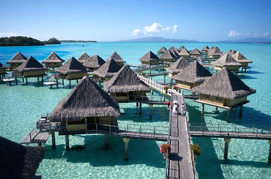 """<strong><a href=""""http://www.booking.com/hotel/pf/intercontinental-bora-bora-le-moana-resort.pt-br.html?aid=332455&label=viagemabril-hoteisflutuantes"""" rel=""""Intercontinental Le Moana – Bora Bora"""" target=""""_blank"""">Intercontinental Le Moana – Bora Bora</a> (Polinésia Francesa)</strong>Encontrado próximo da costa de uma das mais belas praias do mundo, o hotel Intercontinental Le Moana possui uma vista impressionante das montanhas ao fundo da lagoa."""