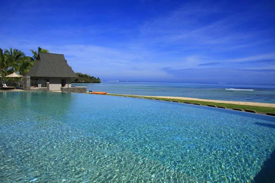 """Esse hotel cinco estrelas também abriga campos de golfe e um spa bem completo, perfeito para quem quer relaxar. A piscina dá um belo vislumbre do mar desse lindo conjunto de ilhas, repleto de praias paradisíacas <em><a href=""""http://www.booking.com/hotel/fj/intercontinental-fiji-golf-resort-spa.pt-br.html?aid=332455&label=viagemabril-as-piscinas-mais-incriveis-do-mundo"""" target=""""_blank"""">Veja os preços do Intercontinental Fiji no Booking.com</a></em>"""