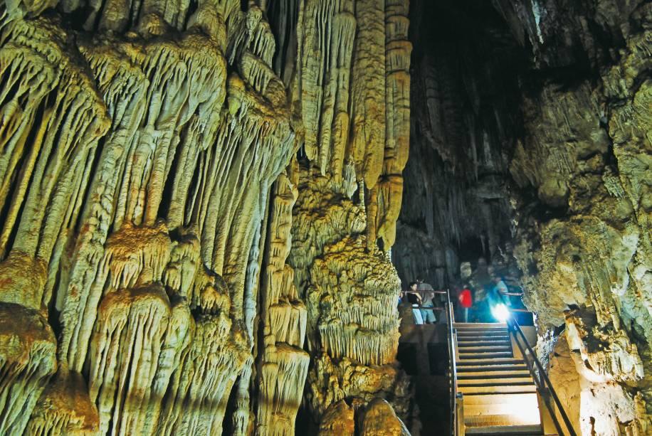 Interior da Caverna do Diabo; apesar de ter 8 km de extensão,pouco mais de meio quilômetro está aberto à visitação