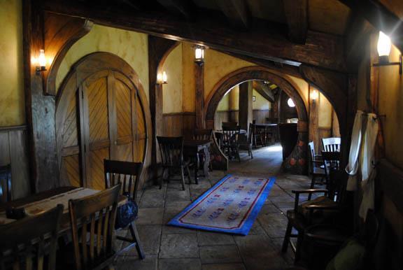 As clássicas portas redondinhas abrem espaço para o mundo de J.R.R. Tolkien