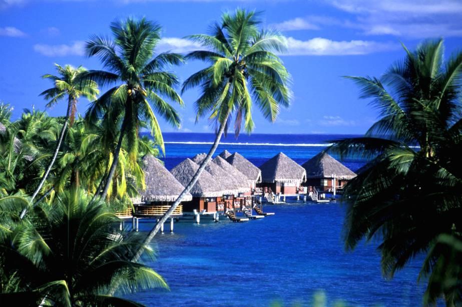 Os bangalôs possuem uma vista incrível da ilha de Moorea e o resort oferece uma série de atividades pela ilha.