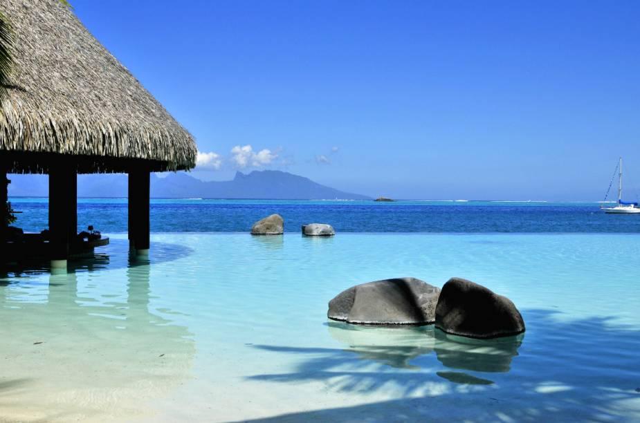 """<strong><a href=""""http://www.booking.com/hotel/pf/intercontinental-tahiti-resort.pt-br.html?aid=332455&label=viagemabril-hoteisflutuantes"""" rel=""""Intercontinental Resort Tahiti"""" target=""""_blank"""">Intercontinental Resort Tahiti</a> – Taiti (Polinésia Francesa)</strong>Com apenas 31 bangalôs disponíveis, o Intercontinental Resort Taiti é o lugar ideal para se hospedar e explorar a Polinésia Francesa."""