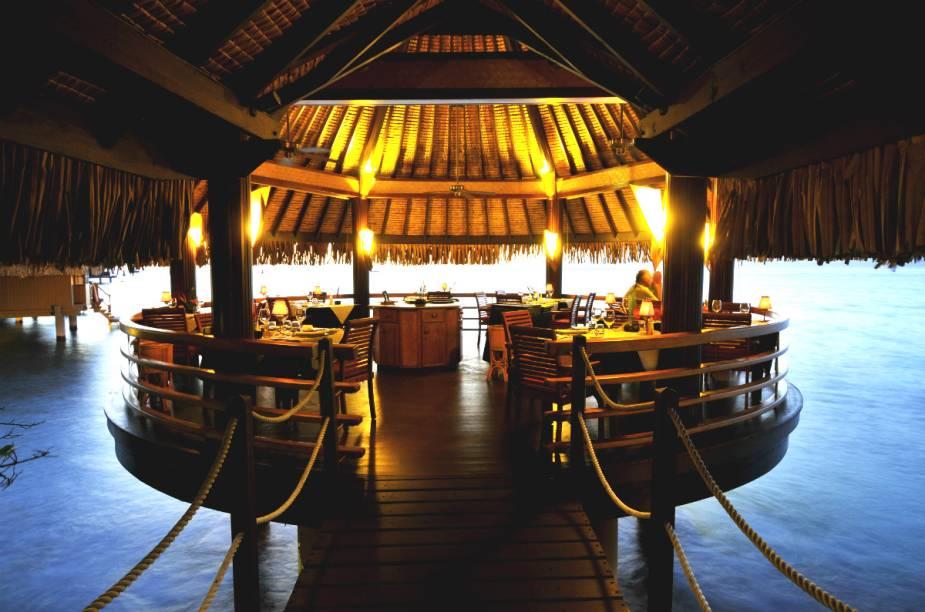 """O <a href=""""http://www.booking.com/hotel/pf/intercontinental-tahiti-resort.pt-br.html?aid=332455&label=viagemabril-hoteisflutuantes"""" rel=""""hotel"""" target=""""_blank"""">hotel</a> ainda tem restaurantes flutuantes, bares molhados e até bares com música ao vivo e jantares dançantes, considerados os melhores do Taiti."""