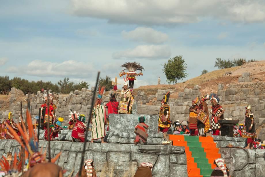 Inti Raymi na Fortaleza de Sacsayhuamán, em Cusco. O percurso em meio às ruínas remete às celebrações de antigamente, com participantes em vestes típicas