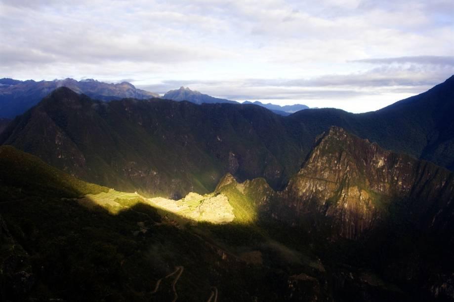 <strong>1. Porta do Sol</strong>    Intipunku, em quéchua, significa Porta do Sol. Depois de três dias de caminhada na Trilha Inca, é deste ponto que os turistas vislumbram Machu Picchu pela primeira vez. Eles procuram chegar à Porta do Sol com a alvorada. Pouco a pouco a cidadela de pedra vai ficando dourada com os primeiros raios de sol. Um espetáculo diário