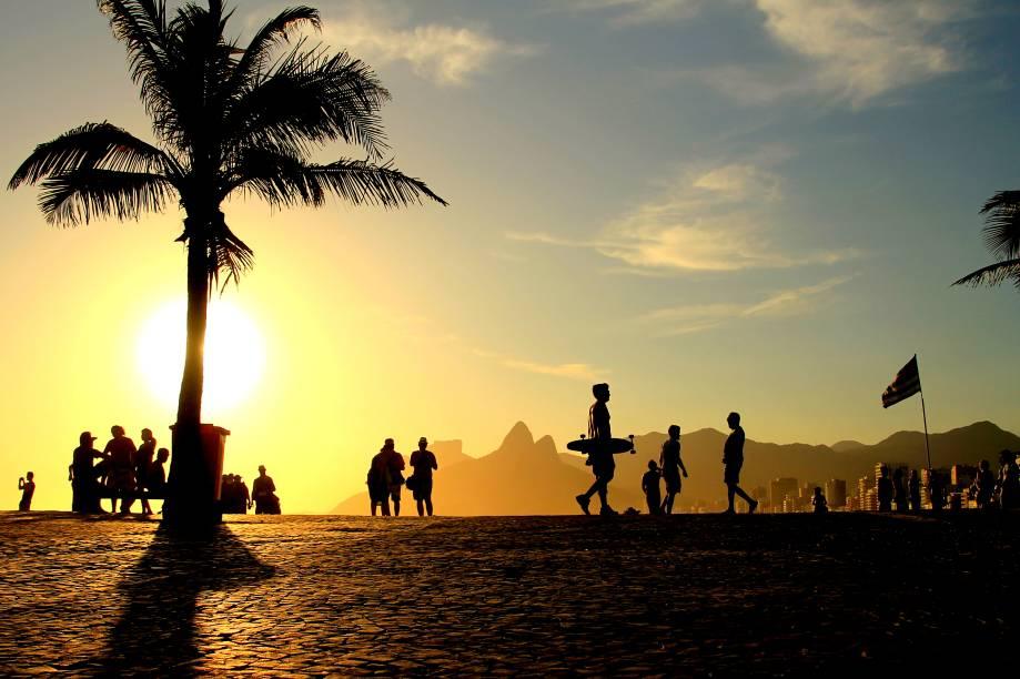 """<strong>7.<a href=""""http://viajeaqui.abril.com.br/cidades/br-rj-rio-de-janeiro"""" target=""""_blank"""" rel=""""noopener"""">RIO DE JANEIRO</a></strong>A Cidade Maravilhosa oferece paisagens estonteantes para o turista curtir durante o dia e baladas quentíssimas para se deleitar à noite. Das casas noturnas da Lapa aos botecos do Baixo Gávea, o visitante tem, na capital fluminense, ambientes perfeitos para paquerar e conhecer pessoas interessantes."""