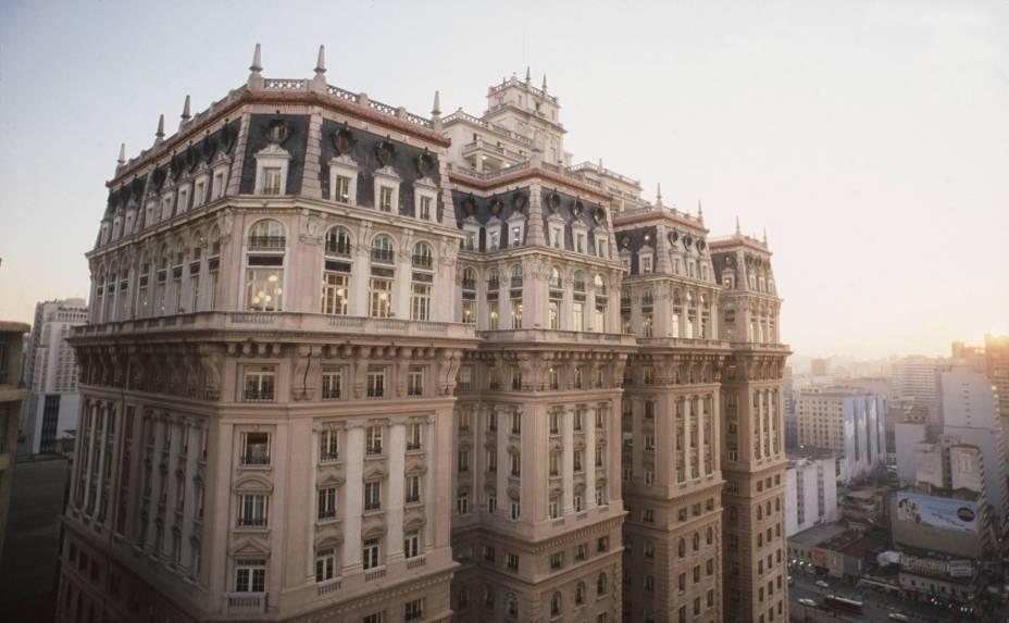 """<a href=""""http://viajeaqui.abril.com.br/estabelecimentos/br-sp-sao-paulo-atracao-mirantes"""" rel=""""Edifício Martinelli""""><strong>Edifício Martinelli</strong></a><br />    <br />    Criado para ser o maior edifício da América Latina, o Martinelli foi erguido em 1929 e reinou por 18 anos, quando perdeu o posto para a Torre do Banespa. Possui fachada de concreto armado e, no interior, guarda escadas em mármore de Carrara, louças sanitárias e espelhos trazidos da Europa. É o primeiro arranha-céu da cidade, restaurado em 2010 e com terraço reaberto para visitas agendadas. Dali dá para ver o Vale do Anhangabaú, o Mosteiro de São Bento e a Catedral da Sé. Para tomar um lanche, duas boas opções são o <strong>Café Martinelli Midi</strong> (Rua Líbero Badaró, 508, 11/3104-6825) e o cachorro-quente do Pedrinho Hot Dog."""