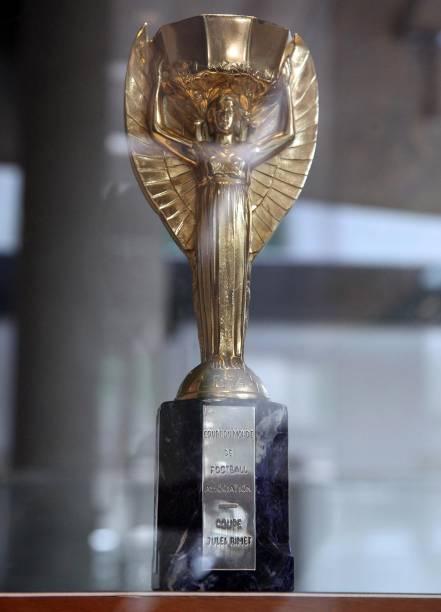 Entre os objetos que relembram a vida de Pelé, está uma réplica da Copa do Mundo - pela seleção brasileira, Pelé foi campeão por três vezes