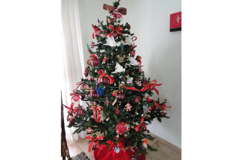 Árvore de Natal montada com enfeites trazidos de viagens da família. Rio Claro (SP)