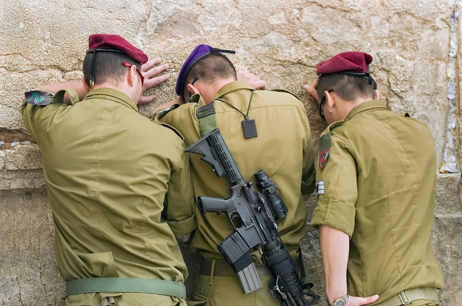 Uma cena comum: soldados judeus rezam no Muro das Lamentações, em Jerusalém, Israel