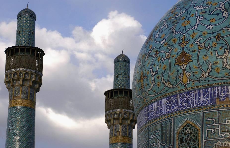 <strong>Mesquita do Xá, Isfahan, Irã</strong>                Importante entreposto comercial no Oriente Médio, houve uma época que Isfahan esteve entre as maiores cidades do planeta. Boa parte de seus maiores símbolos arquitetônicos, como a Grande Mesquita (foto, também conhecida como do Imã ou do Xá), o bazar e o palácio Ali Qapu encontram-se em torno da praça Maidan. Conhecida por seu grande portal flanqueado por minaretes, a mesquita destaca-se por sua elaborada decoração em azulejos