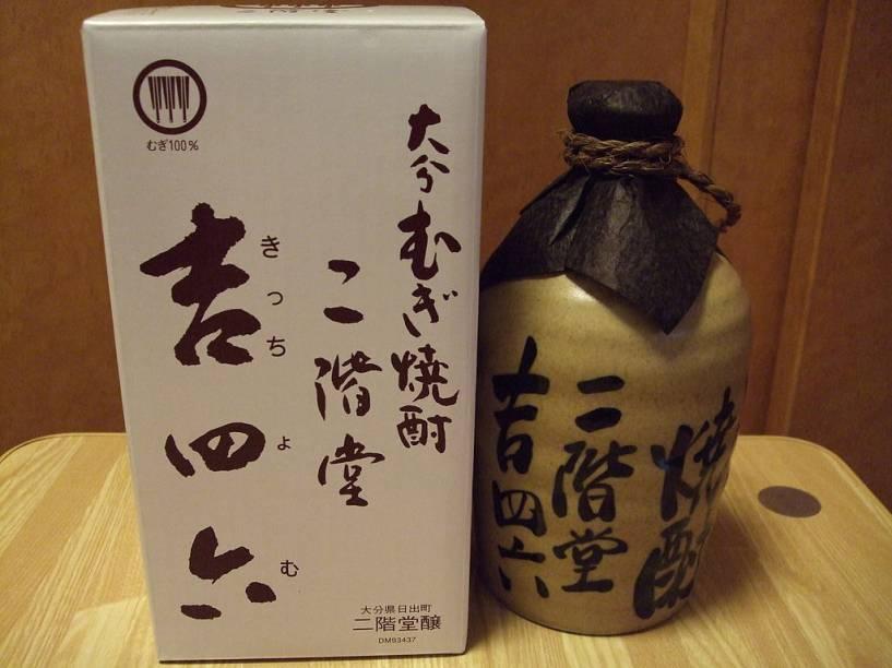 """<strong>Shochu </strong><strong>–</strong><strong> <a href=""""http://viajeaqui.abril.com.br/paises/japao"""" rel=""""Japão"""" target=""""_blank"""">Japão</a></strong><br />    Enquanto a grande maioria dos ocidentais associa o sakê ao <strong>Japão</strong>, a bebida mais popular de certas regiões do país tem outro nome: shochu. Similar ao <strong>soju </strong>coreano, ao <strong>awamori </strong>de Okinawa e (um pouco mais distante) ao <strong>baijiu </strong>chinês, este destilado usa como base a fermentação de batata-doce, arroz ou, mais raramente, cevada. A bebida é um coringa na hora do consumo, sendo preparado puro, misturado a água quente ou com o refrescante chuhai, com gelo, soda e frutas cítricas.<br />    <strong>Teor alcoólico médio:</strong> 20 a 35%"""