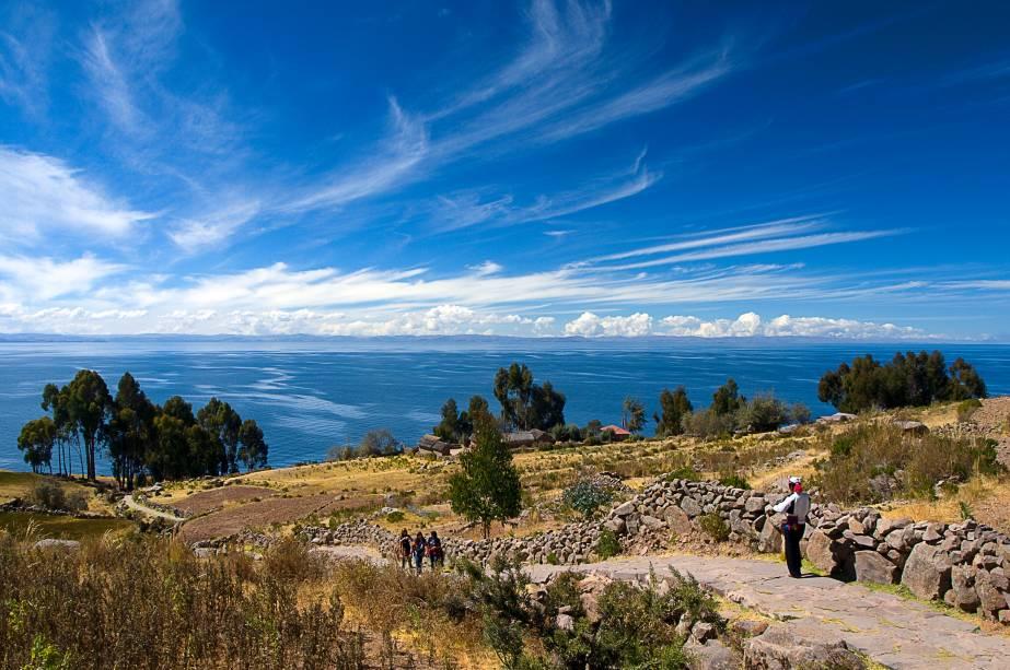 """Com uma população de aproximadamente 2200 habitantes, a ilha localizada às margens do Lago Titicaca, na fronteira com a <a href=""""http://viajeaqui.abril.com.br/paises/bolivia"""" target=""""_blank"""">Bolívia</a>, é cercada por um solo e marcada por um clima favoráveis à prática da agricultura. Anteriormente habitada pelos incas, a região ainda abriga alguns sítios arqueológicos e foi uma das últimas no Peru a ser tomada pelos espanhois durante o século 16. Taquile é, ainda, conhecida pela produção e comercialização de vestimantas tradicionais peruanas tombadas como Patrimônio Cultural da Unesco"""