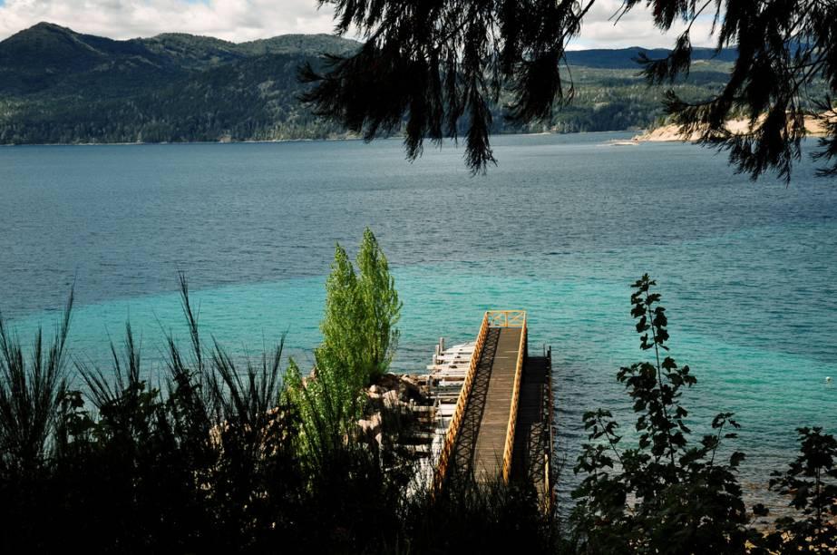 Pier na Isla Victoria, no lago Nahuel Huapi. Por aqui, é possível ver diversas espécies de plantas, arbustos, ciprestes e sequóias