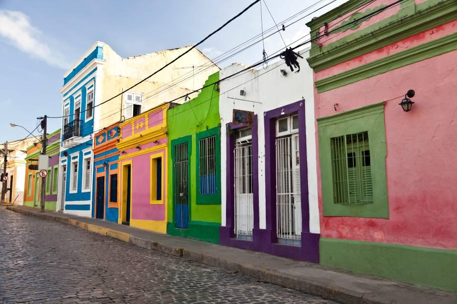 """<strong>2.<a href=""""http://viajeaqui.abril.com.br/cidades/br-pe-olinda"""" rel=""""Olinda"""" target=""""_blank"""">Olinda</a>,<a href=""""http://viajeaqui.abril.com.br/estados/br-pernambuco"""" rel=""""Pernambuco"""" target=""""_blank"""">Pernambuco</a></strong>                                A vila pernambucana já foi considerada a mais rica do Brasil colonial. Tudo mudou durante a invasão holandesa, quando foi saqueada e incendiada. Hoje, restaurada e pintada, está na lista de cidades coloniais mais bem conservadas do país. Além das belezas naturais que a cercam, Olinda tem como marca suas casinhas multicoloridas e as manifestações culturais vibrantes, como o Carnaval de rua, com seus blocos de bonecos gigantes, e o contagiante ritmo do frevo"""