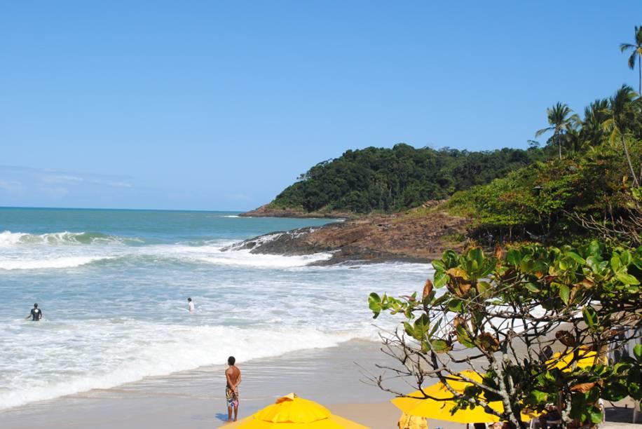 """<strong>2. <a href=""""/cidades/br-ba-itacare"""" target=""""_blank"""">Itacaré</a> (5 dias)</strong>Em vez das longas filas de coqueiros e falésias que dominam o Sul da Bahia, esse trecho do litoral tem pequenas faixas de areia, separadas por costões de mata atlântica, diante de um mar de ondas iradas para surfe. Outros aventureiros praticam rafting e arvorismo."""