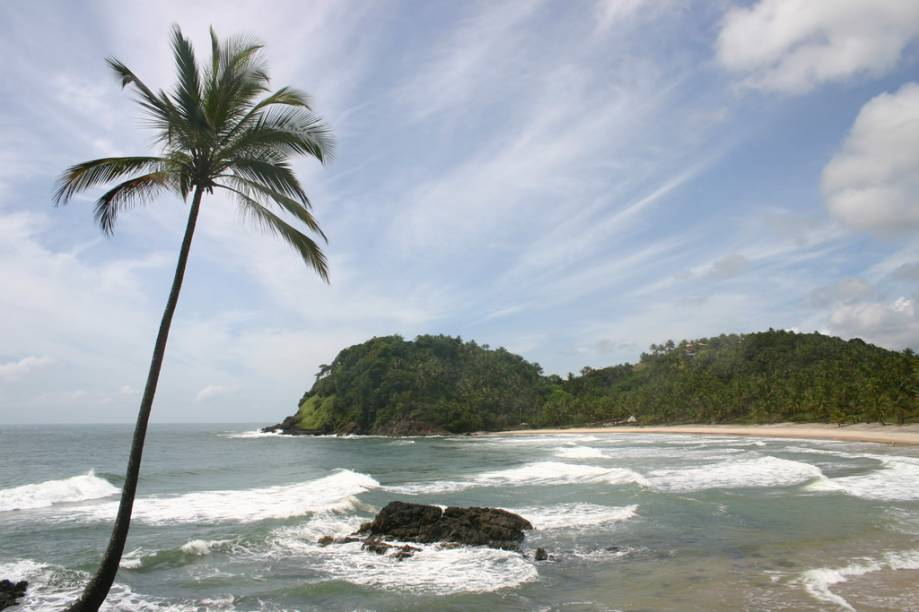 "A antiga vila de pescadores vive do ecoturismo. Apesar da melhoria na infraestrutura da cidade, as praias continuam intocadas e selvagens.<a href=""https://www.booking.com/searchresults.pt-br.html?aid=332455&lang=pt-br&sid=eedbe6de09e709d664615ac6f1b39a5d&sb=1&src=searchresults&src_elem=sb&error_url=https%3A%2F%2Fwww.booking.com%2Fsearchresults.pt-br.html%3Faid%3D332455%3Bsid%3Deedbe6de09e709d664615ac6f1b39a5d%3Bcity%3D-635604%3Bclass_interval%3D1%3Bdest_id%3D900048482%3Bdest_type%3Dcity%3Bdtdisc%3D0%3Bfrom_sf%3D1%3Bgroup_adults%3D2%3Bgroup_children%3D0%3Binac%3D0%3Bindex_postcard%3D0%3Blabel_click%3Dundef%3Bno_rooms%3D1%3Boffset%3D0%3Bpostcard%3D0%3Braw_dest_type%3Dcity%3Broom1%3DA%252CA%3Bsb_price_type%3Dtotal%3Bsearch_selected%3D1%3Bsrc%3Dsearchresults%3Bsrc_elem%3Dsb%3Bss%3DFernando%2520de%2520Noronha%252C%2520%25E2%2580%258BPernambuco%252C%2520%25E2%2580%258BBrasil%3Bss_all%3D0%3Bss_raw%3DFernando%2520de%2520Noronha%3Bssb%3Dempty%3Bsshis%3D0%3Bssne_untouched%3DCaravellas%26%3B&ss=Itacar%C3%A9%2C+%E2%80%8BBahia%2C+%E2%80%8BBrasil&ssne=Fernando+de+Noronha&ssne_untouched=Fernando+de+Noronha&city=900048482&checkin_monthday=&checkin_month=&checkin_year=&checkout_monthday=&checkout_month=&checkout_year=&no_rooms=1&group_adults=2&group_children=0&highlighted_hotels=&from_sf=1&ss_raw=Itacar%C3%A9&ac_position=0&ac_langcode=xb&dest_id=-647482&dest_type=city&search_pageview_id=101f70ac3011004f&search_selected=true&search_pageview_id=101f70ac3011004f&ac_suggestion_list_length=5&ac_suggestion_theme_list_length=0"" target=""_blank"" rel=""noopener""><em>Busque hospedagens em Itacaré </em></a>"