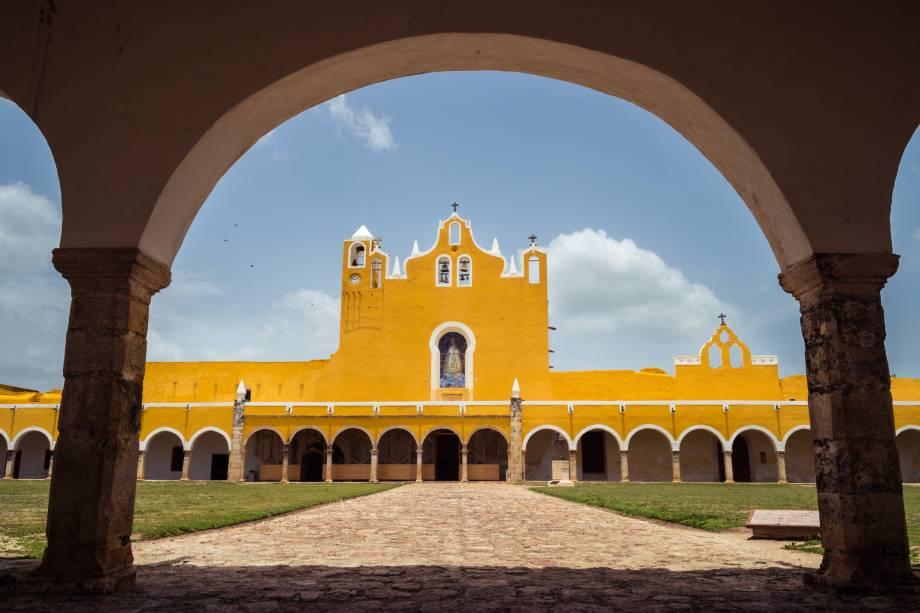 <strong>1.Izamal, México</strong> É uma cidadezinha com apenas 15 mil habitantes – e camadas de história. Para os maias, Izamal era um centro de adoração ao deus Itzamná. Mas os colonizadores espanhóis chegaram, obrigaram a população local a destruir a principal pirâmide e a construir, bem em cima do lugar em que ela estava, o mosteiro franciscano que hoje é a principal atração do lugar