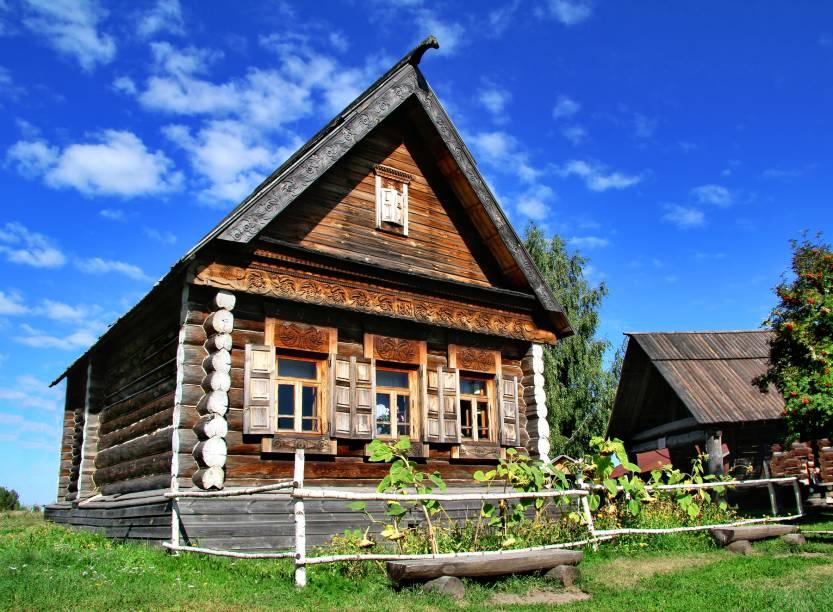 """<strong><a href=""""http://viajeaqui.abril.com.br/paises/russia"""" rel=""""Rússia"""" target=""""_blank"""">Rússia</a>: izba</strong>A Rússia é um país tão grande que não poderia deixar de apresentar uma grande diversidade cultural, a qual pode ser vista também no modo de construir moradias. Na sua parte rural, casas de estilo izba eram bastante comuns entre camponeses - e ainda existem em algumas regiões. São construídas com madeira de pinheiro, entalhadas com desenhos ao redor das portas e janelas. O teto é sempre bem acuminado, geralmente coberto de feno e com algum símbolo em sua ponta"""