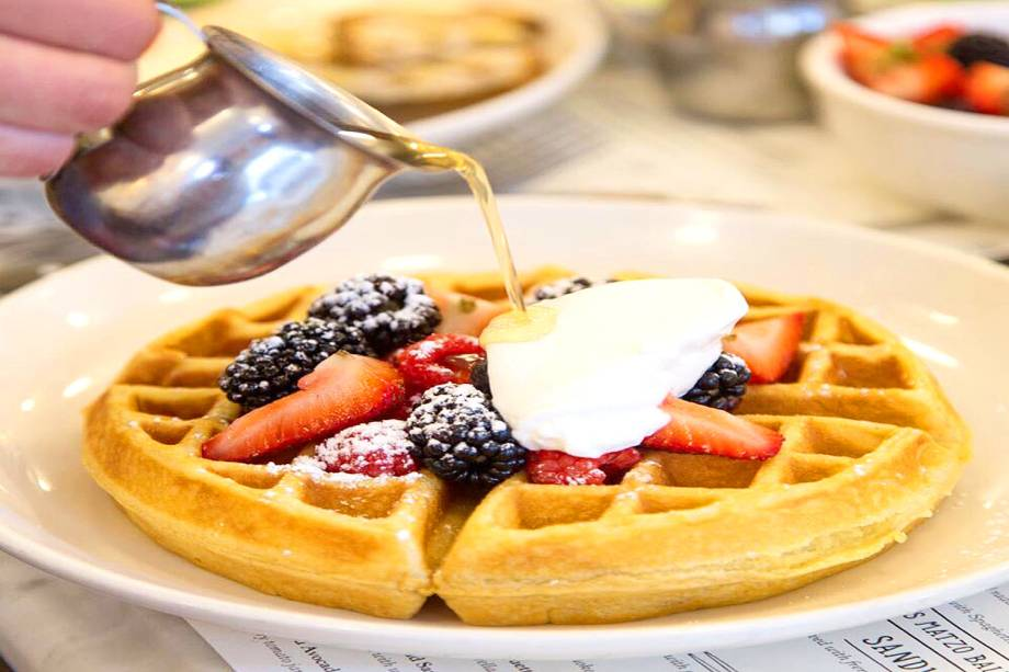 """<strong><a href=""""http://jackswifefreda.com/"""" rel=""""Jacks Wife Freda"""" target=""""_blank"""">Jacks Wife Freda</a></strong>            A casa oferece ótimas opções para café da manhã e brunch, com <strong>waffles</strong> e panquecas bem saborosos. Se a opção é passar por aqui à tarde ou à noite, também há saladas e sanduíches.<em>50 Carmine Street, 10014</em> e<em>224 Lafayette Street, 10012</em>"""