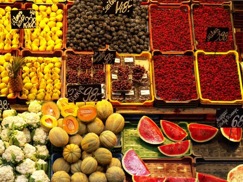 """<strong>Grande Mercado de Budapeste, Hungria</strong>Localizado no centro de <a href=""""http://viajeaqui.abril.com.br/cidades/hungria-budapeste"""" target=""""_blank"""" rel=""""noopener"""">Budapeste</a>, o grande mercado central (Nagycsarnok) reúne ofertas interessantes com muita páprica, caviar, vodca e até alguns bons vinhos locais como o Tokaj e o Egri Bikaver"""
