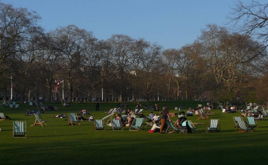 """<strong>9. <a href=""""https://www.royalparks.org.uk/parks/st-jamess-park"""" rel=""""Saint Jamess Park"""" target=""""_blank"""">Saint Jamess Park</a></strong>O mais antigo dos Parques Reais, o <a href=""""http://viajeaqui.abril.com.br/estabelecimentos/reino-unido-londres-atracao-saint-james-s-park"""" rel=""""Saint Jamess Park """" target=""""_blank"""">Saint Jamess Park</a> fica bem no centro de Londres, entre o Big Ben e o Palácio de Buckingham, onde ocorre a famosa Troca da Guarda. Ao contrário do agitado Hyde Park, o lugar é Ideal para um piquenique ou um passeio mais tranquilo, aproveitando a vista e a calmaria bem no meio da metrópole. Projetado em estilo francês, os 23 hectares de área verde do parque contém uma grande variedade de flores, além de um lago central com um aviário para cisnes, patos e gaivotas"""
