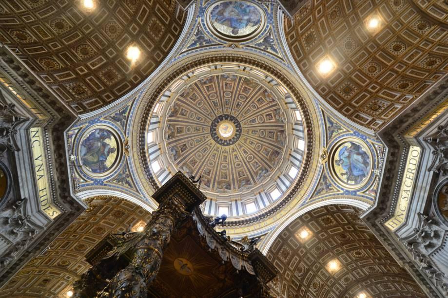 Cúpula da Basílica de São Pedro, sobre o Baldaquino de Bernini. As cabeças dos evangelistas, nos medalhões entre as colunas, têm mais de 1,5 metro de comprimento