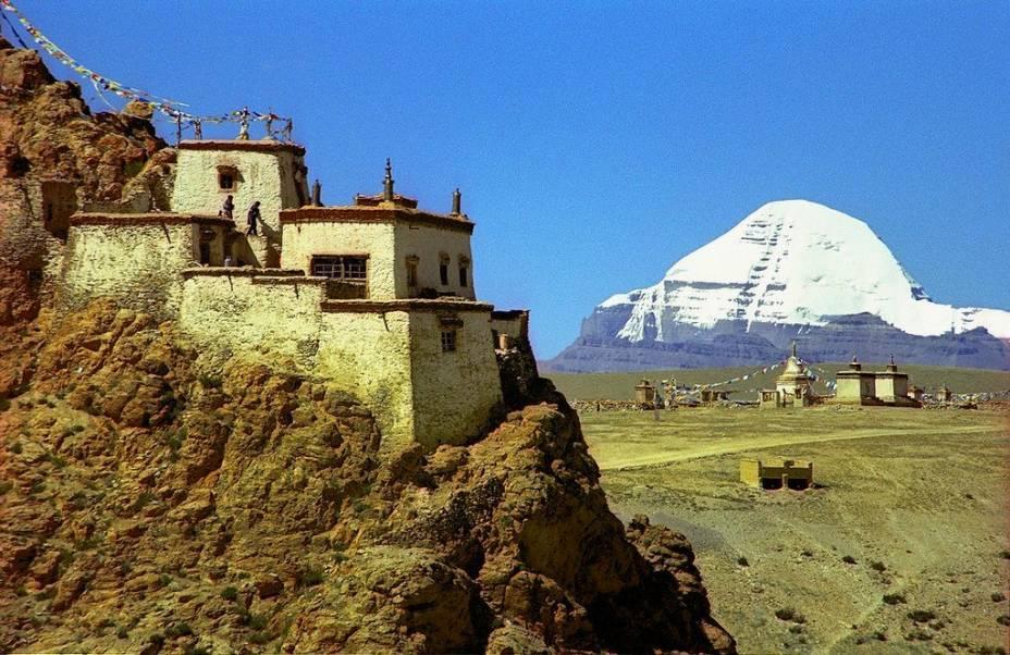 """<strong>Monte Kailash, Tibete, <a href=""""http://viajeaqui.abril.com.br/paises/china"""" rel=""""China"""" target=""""_blank"""">China</a></strong>As neves do sagrado monte Kailash ajudam a alimentar grandes rios do centro da <strong>Ásia </strong>como o Indo, o Brahmaputra e o Ganges. Uma montanha santa para jainistas, hindus e budistas, seu cume a mais de 6 mil metros nunca foi conquistado por ser considerado um tabu"""