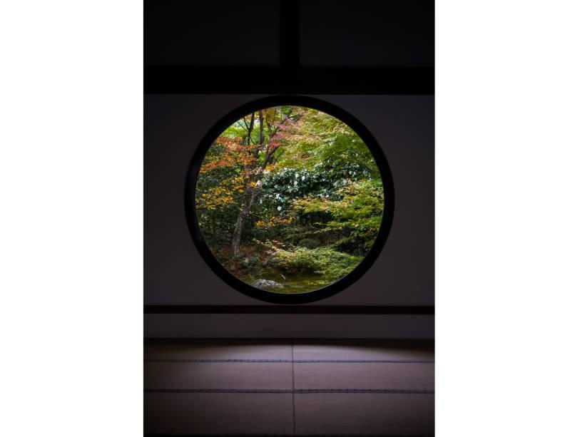 """<strong>Templo Genkoan, <a href=""""http://viajeaqui.abril.com.br/cidades/japao-kyoto"""" rel=""""Kyoto"""" target=""""_blank"""">Kyoto</a>, <a href=""""http://viajeaqui.abril.com.br/paises/japao"""" rel=""""Japão"""" target=""""_blank"""">Japão</a></strong>                Já a redonda, conhecida como """"janela do esclarecimento"""", tem uma visão mais focada e precisa"""