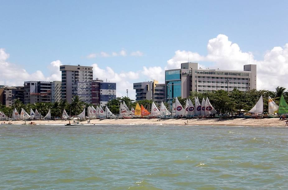 """<a href=""""http://viajeaqui.abril.com.br/paises/brasil"""" rel=""""BRASIL"""" target=""""_blank""""><strong>BRASIL</strong></a>A violência no território verde e amarelo ainda se concentra nos grandes centros urbanos: segundo a ONG mexicana Conselho Cidadão pela Seguridade Social Pública e Justiça Penal, o município de <a href=""""http://viajeaqui.abril.com.br/cidades/br-al-maceio"""" rel=""""Maceió"""" target=""""_blank"""">Maceió</a>, por exemplo, teve em 2013 um índice de 79,6 assassinatos por 100 mil habitantes, o que a coloca como a quinta cidade mais violenta do mundo. Outras 15 cidades brasileiras (entre elas <a href=""""http://viajeaqui.abril.com.br/cidades/br-ce-fortaleza"""" rel=""""Fortaleza"""" target=""""_blank"""">Fortaleza</a>, <a href=""""http://viajeaqui.abril.com.br/cidades/br-pb-joao-pessoa"""" rel=""""João Pessoa"""">João Pessoa</a>, <a href=""""http://viajeaqui.abril.com.br/estados/br-rio-grande-do-norte"""" rel=""""Natal"""" target=""""_blank"""">Natal</a> e <a href=""""http://viajeaqui.abril.com.br/cidades/br-pe-recife"""" rel=""""Recife"""" target=""""_blank"""">Recife</a>) ficaram, no ranking da ONG, entre as 50 mais violentas do planeta. Por sorte, destinos mais isolados do país, como as chapadas e o<a href=""""http://viajeaqui.abril.com.br/cidades/br-mt-pantanal"""" rel="""" Pantanal"""" target=""""_blank""""> Pantanal</a>, ainda não foram afetados de maneira grave pela violência."""
