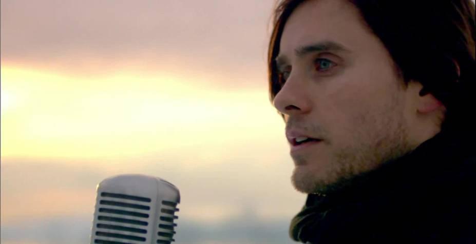 """<strong>13. <a href=""""http://www.youtube.com/watch?v=4Kvd-uquuhI"""" rel=""""30 Seconds To Mars – A Beautiful Lie"""" target=""""_blank"""">30 Seconds To Mars – A Beautiful Lie</a> - Arctic Circle, Groelândia e <a href=""""http://viajeaqui.abril.com.br/paises/islandia"""" rel=""""Islândia"""" target=""""_self"""">Islândia</a> </strong><em>Looks like Jesus, but hurts like Satan</em>. Sabe lá Deus de onde veio essa fama do bonitão Jared Leto. O fato é que a banda do ator/cantor sensação faz muito barulho junto ao público, com shows lotados e videoclipes bem elaborados. O single em questão é do álbum homônimo, que alcançou a marca de mais de um milhão de cópias vendidas só nos <a href=""""http://viajeaqui.abril.com.br/paises/estados-unidos"""" rel=""""Estados Unidos"""" target=""""_self"""">Estados Unidos</a>. <strong><a href=""""http://www.youtube.com/watch?v=4Kvd-uquuhI"""" rel=""""Assista aqui"""" target=""""_blank"""">Assista aqui</a></strong>"""
