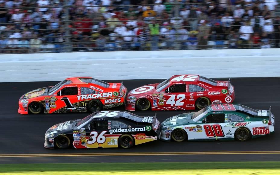 """<strong>2. NASCAR Daytona 500</strong><br />    O circuito de corridas de stock-cars <strong>NASCAR </strong>nunca foi muito popular fora dos <strong><a href=""""http://viajeaqui.abril.com.br/paises/estados-unidos"""" rel=""""Estados Unidos"""" target=""""_blank"""">Estados Unidos</a></strong>. Suas provas são concorridíssimas no centro-sul americano e só ganharam alguma notoriedade no exterior com produções hollywoodianas como <strong><em>Dias de Trovão </em></strong>(com <strong>Tom Cruise </strong>e <strong>Robert Duvall</strong>) e a animação <strong><em>Carros</em></strong>, da <strong>Pixar </strong>(kachow!). Mas o cenário está mudando. Ultrapassagens ousadas, colisões e chegadas apertadas são parte do repertório. Nos EUA, a NASCAR já é considerada o quinto esporte mais popular, atrás do futebol americano, beisebol, basquete e hóquei no gelo. Isso, definitivamente, não é pouco.<br />    Apesar de não ter o glamour de um <strong>GP de Mônaco </strong>ou das <strong>500 Milhas de Indianápolis</strong>, a prova Daytona 500 é o ápice da temporada e a prova mais prestigiada do circuito. A grande atração deste ano é a presença da queridinha dos amantes do automobilismo, <strong>Danica Patrick</strong>, que está migrando dos monopostos da <strong>Indy </strong>para os stock-cars.<br />    <strong>Atualização: </strong>Danica bateu e saiu logo de cara. O vencedor foi Matt Kenseth<br />    <br />    <strong>Onde: </strong>Daytona Beach, Flórida, EUA<br />    <strong>Quando:</strong> 24 de Fevereiro de 2013<br />    <strong>Ingressos: </strong><a href=""""http://www.daytonainternationalspeedway.com"""" rel=""""www.daytonainternationalspeedway.com"""" target=""""_blank"""">www.daytonainternationalspeedway.com</a>"""